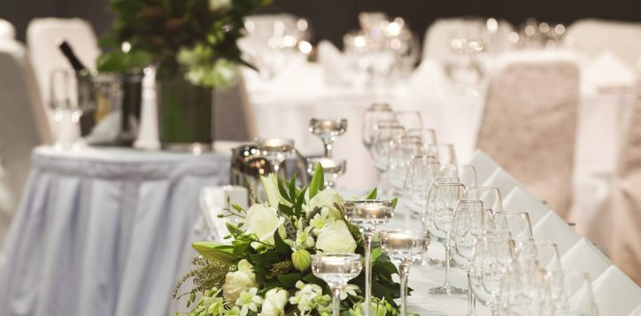 bridal-table-candles-flowers-2